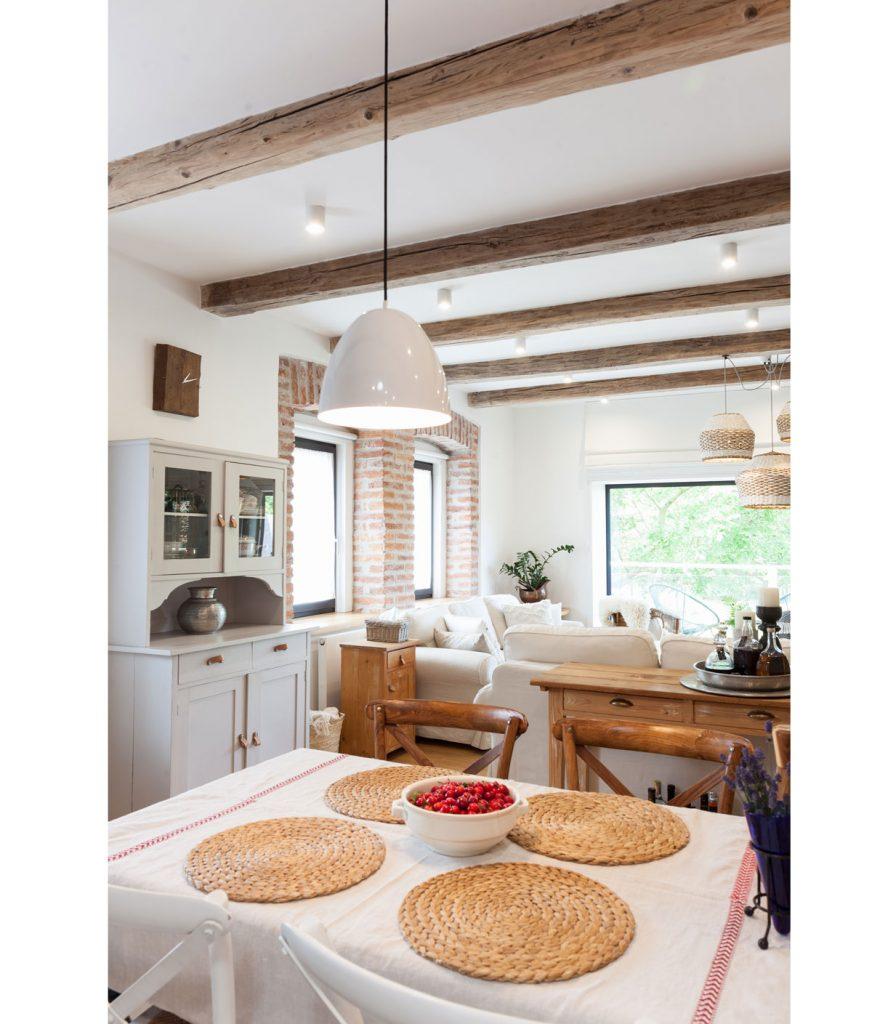 Chalupa s jedálň prepojená s obývačkou vo vidieckom a prírodnom štýle