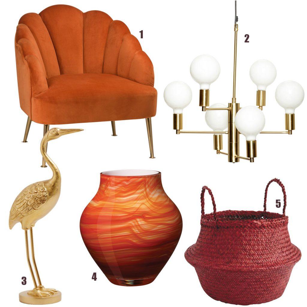čalúnené oranžové kreslo, zlatý kovový závesný luster s bielymi tienidlami, zlatá dekorácia tetrova, oranžovočervená sklenená váza, pletený bordový košík