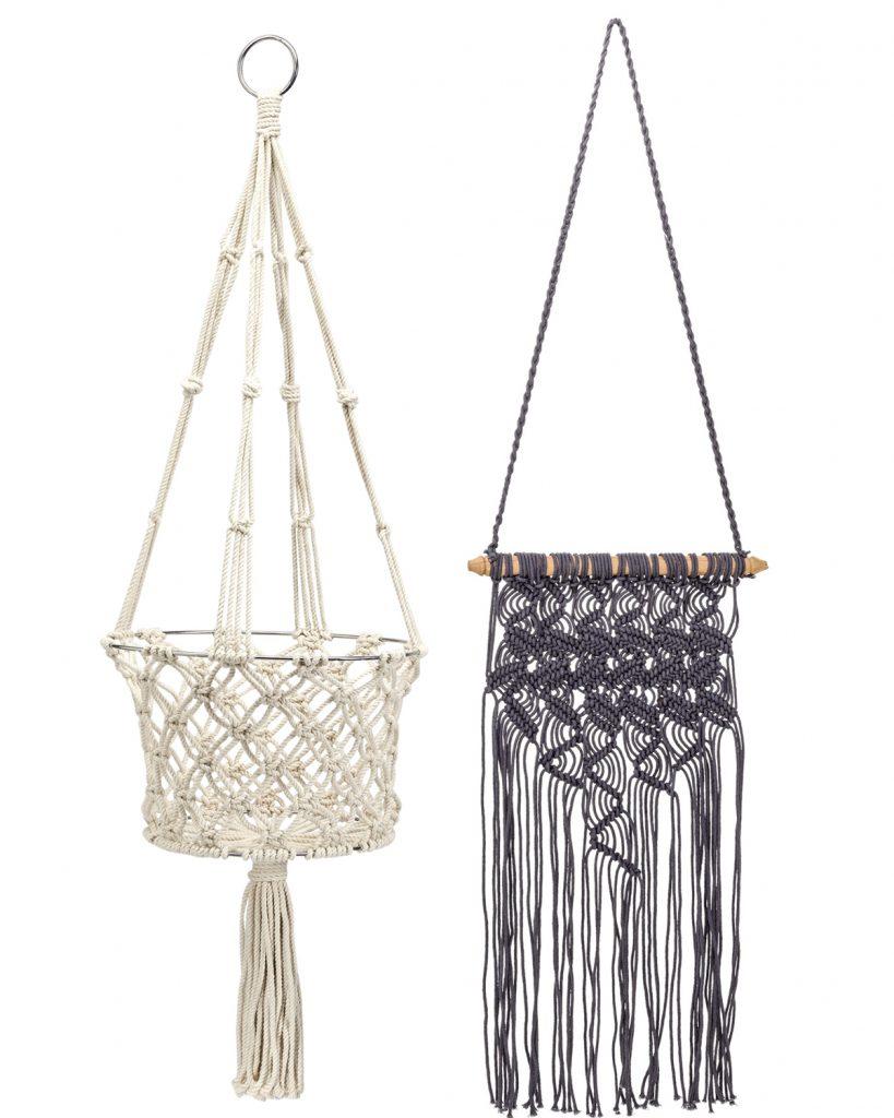 biely pletený kôš a nástenná šedá dekorácia so strapcami