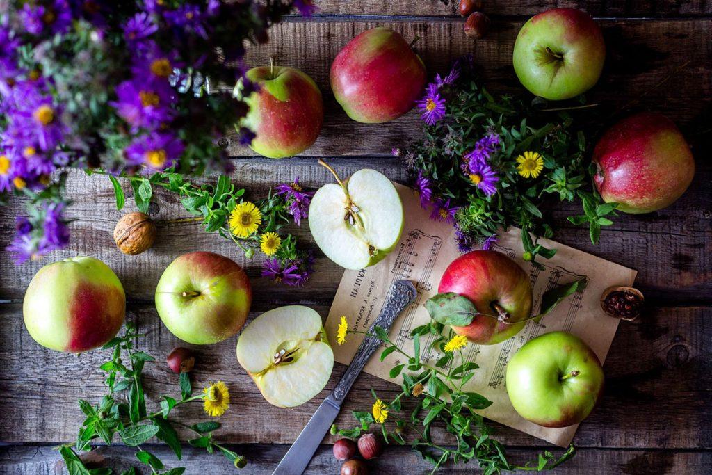 jablká na stole s bylinkami
