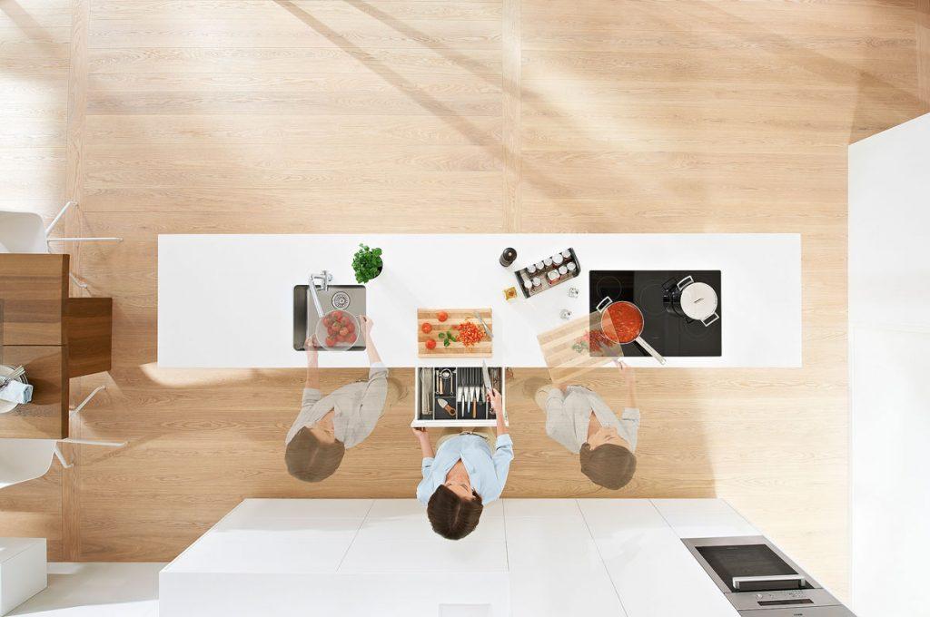 praktické rozmiestnenie pracovnej plochy v kuchyni