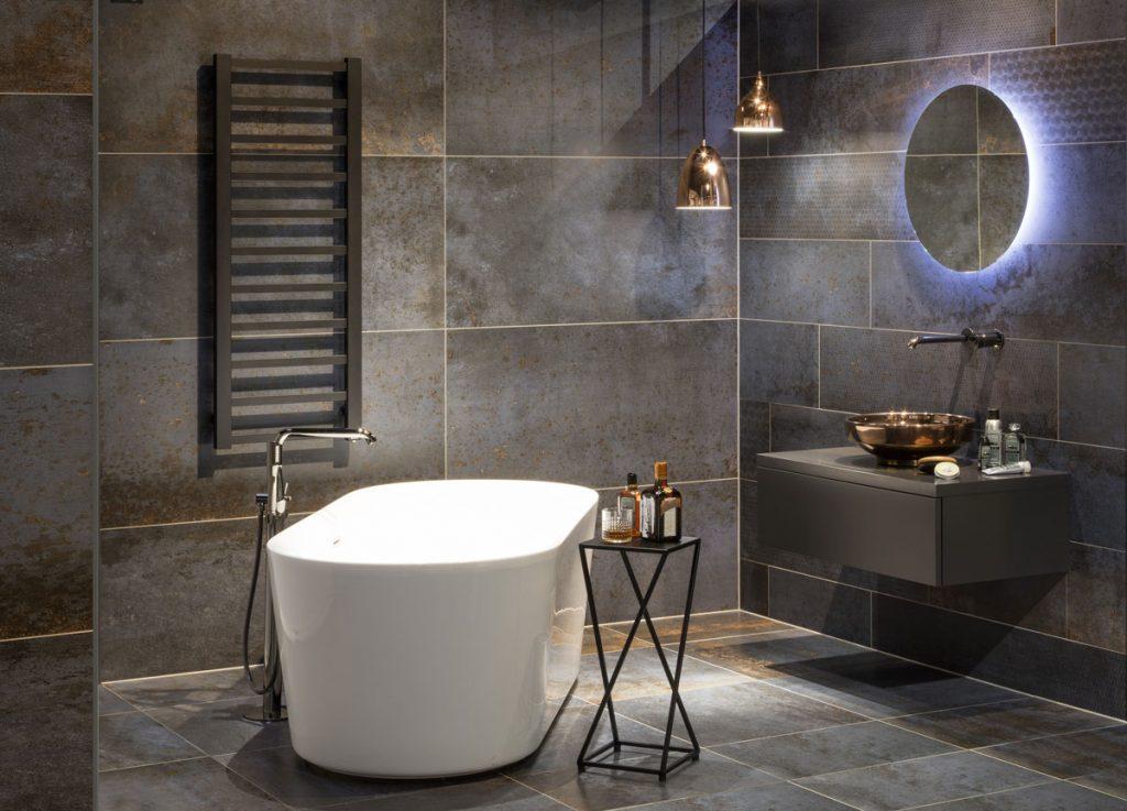 moderná kúpeľňa v odtieňoch kovu so samostatne stojacou vaňou