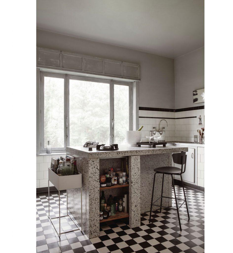 kuchyňa s ostrovčekom z terazza a bielo-čiernou kachličkovou dlažbou