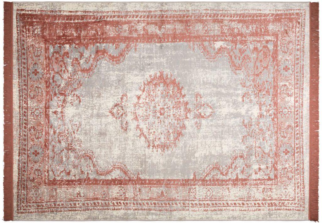 orientálny tkaný koberec vo vínovej farbe