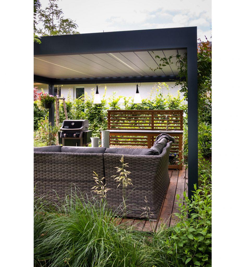 vonkajšia kuchyňa krytá altánkom, s pleteným sedením, grilom a umývadlom