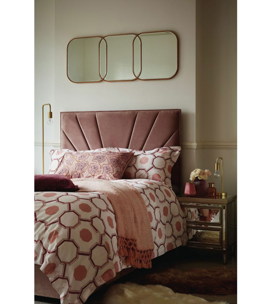 spálňa v romantickom ženskom štýle v odtieňoch ružovej, s posteľou so zamatovým čelom