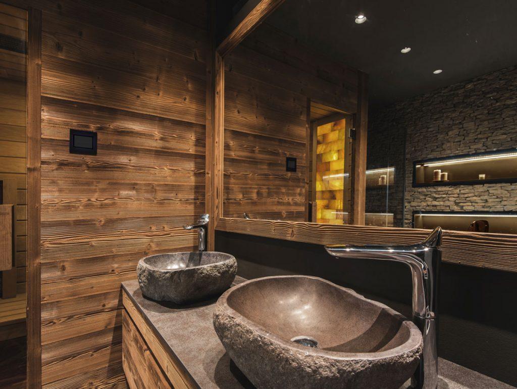 kúpeľňa vo wellness štýle s kamennými umývadlami a dreveným obkladom