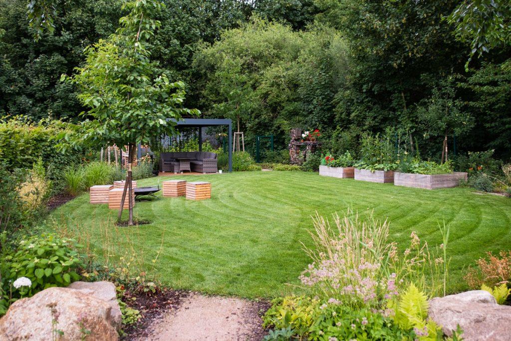 záhrada s altánkom a s oddychovou trávnatou plochou pre detské hry či opekanie