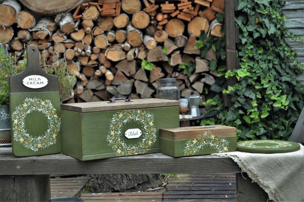 drevené lopáriky, drevený chlebník a nádoba na servítky ručne maľované zelenou farbou s kvetinovým ornamentom