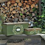 retro drevené lopáriky, drevený chlebník a nádoba na servítky ručne maľované zelenou farbou s kvetinovým ornamentom