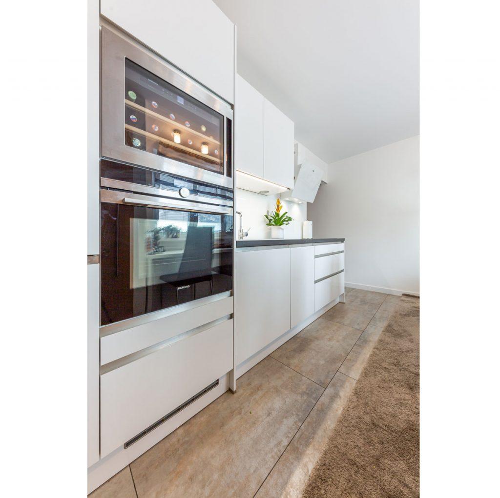 biela kuchynská linka vhodná pre malú kuchyňu so vstavanou rúrou a vstavanou vinotékou