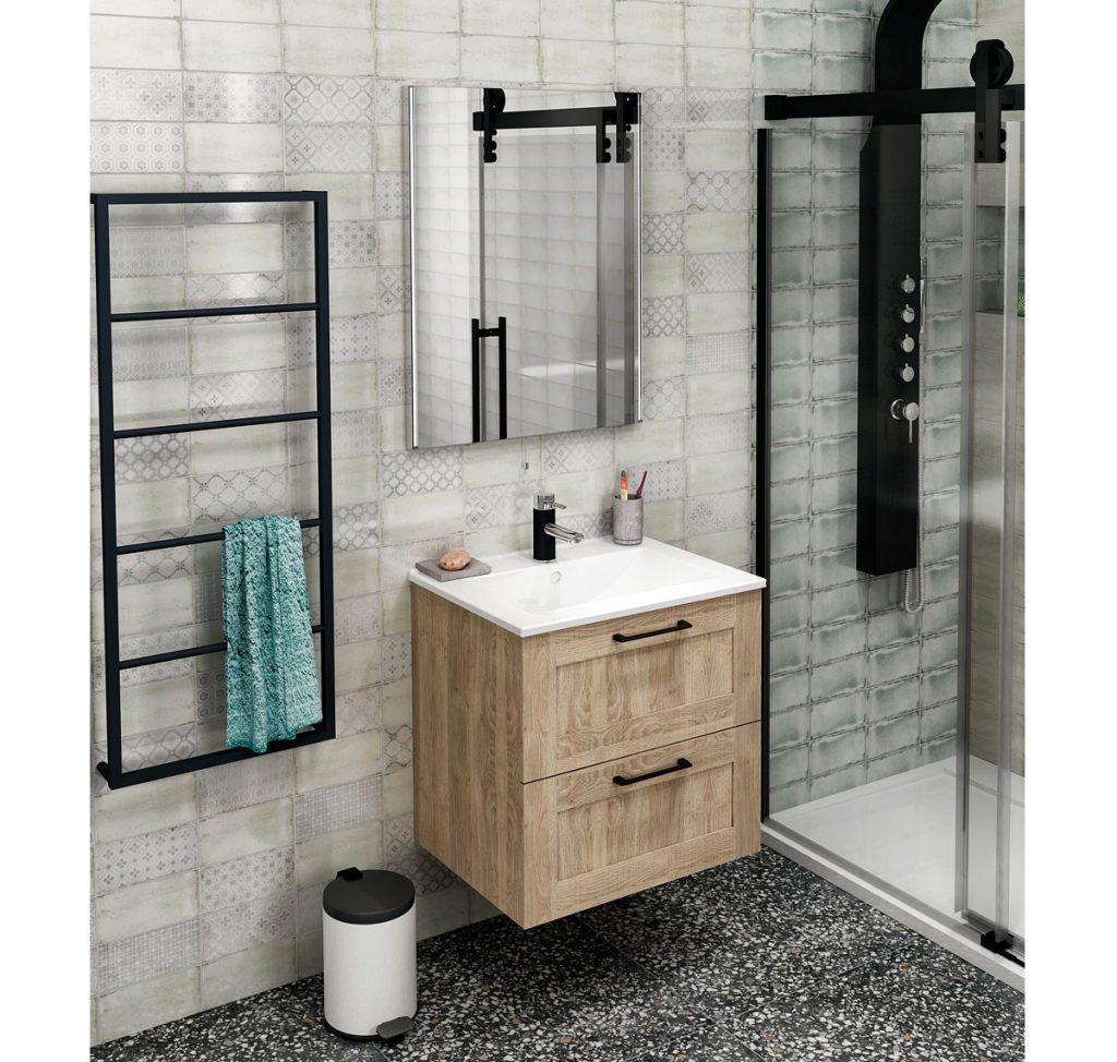moderná kúpeľňa s čiernymi prvkami, so vzorovaným obkladom a terazzo dlažbou s drevenou skrinkou so zapusteným umývadlom, veľkým zrkadlom a kovovým rebríkom
