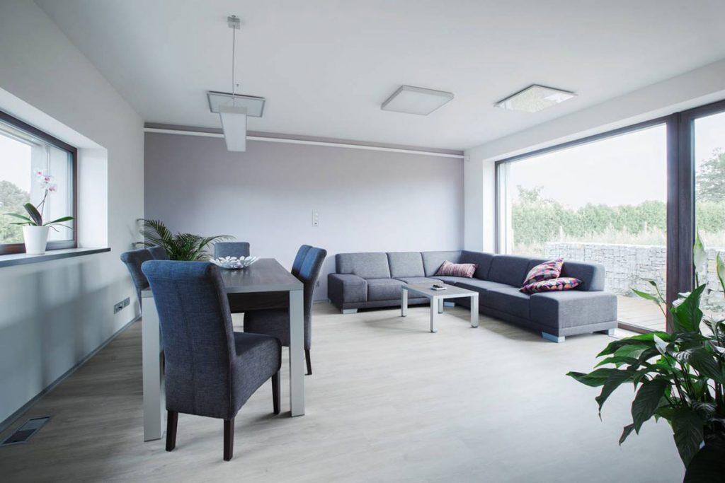 obývačka s jedálňou v pasívnom rodinnom dome z tehly