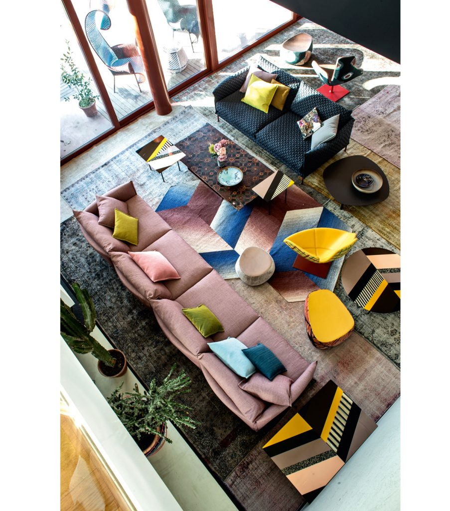 obývačka v kombinácii farieb a geometrických tvarov na nábytku a doplnkoch