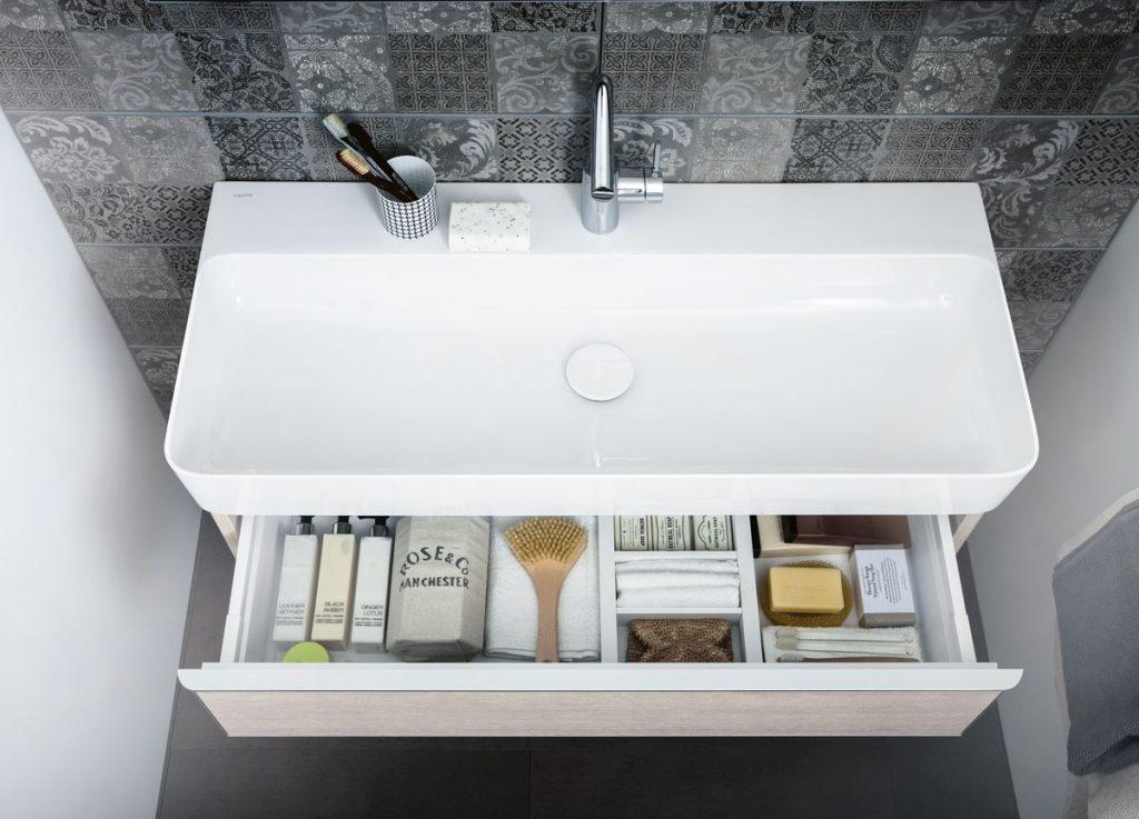 umývadlová skrinka do kúpeľne s oddelenými priečinkami na drobné predmety