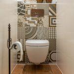 toaleta so závesným WC a keramickým obkladom s rôznymi vzormi