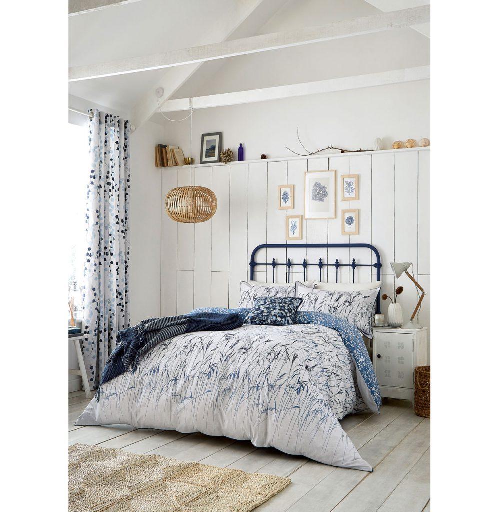 spálňa v námorníckom štýle, v bielych odtieňoch v kombinácii s modrou na posteli či textíliách