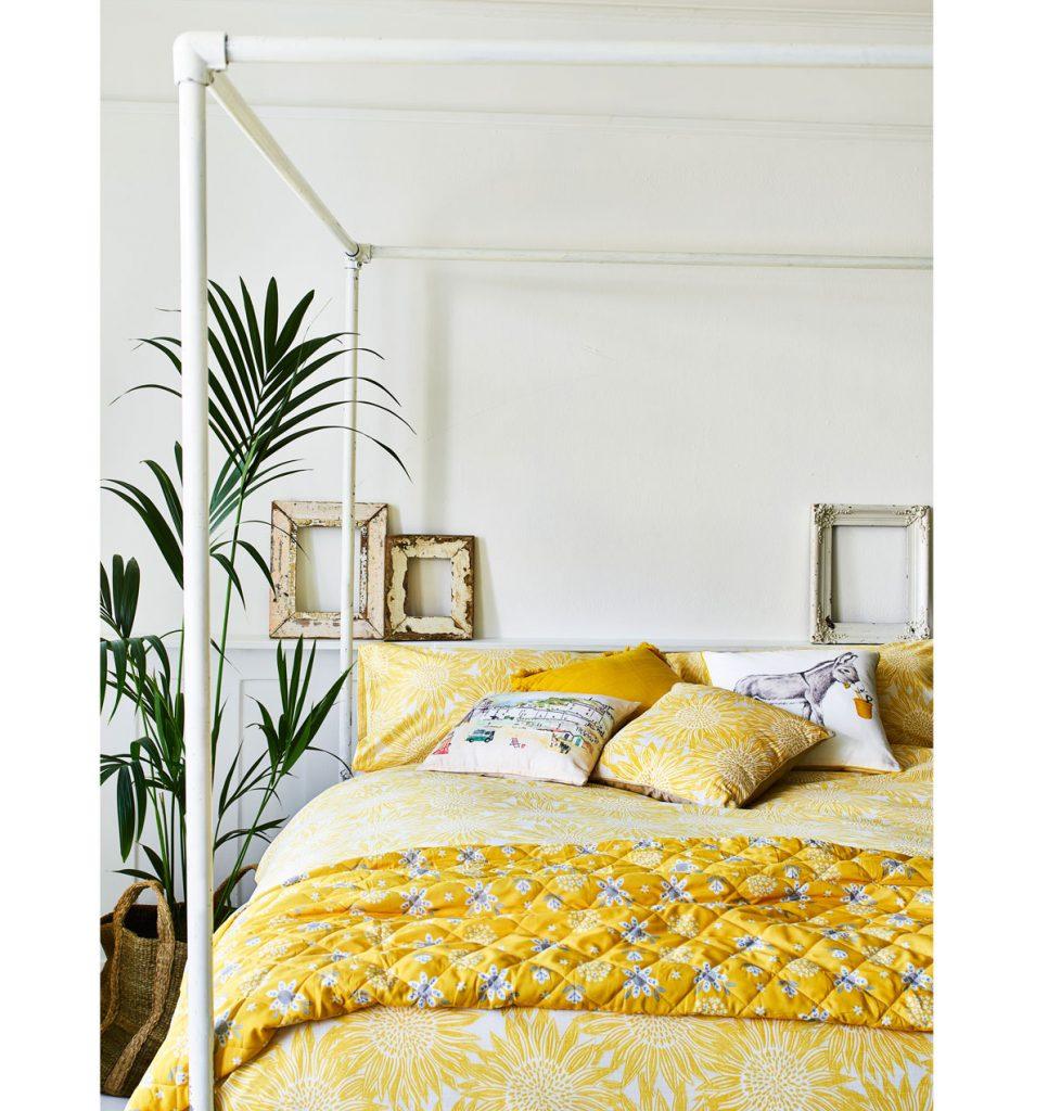 spálňa oživená posteľnými textíliami v žltej farbe