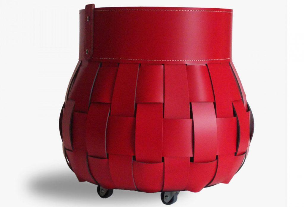 červený kožený kôš na drevo na kolieskach značky Treccio