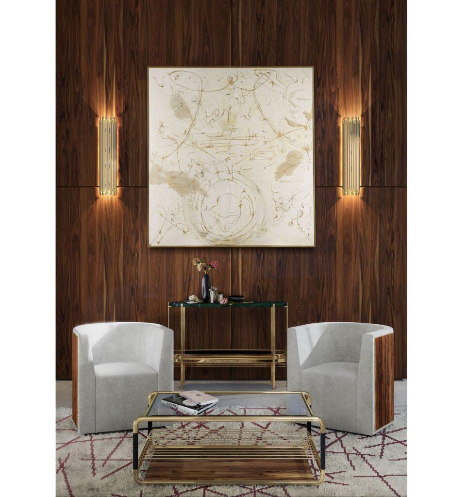 interiér v art déco štýle s dvoma čalúnenými kresielkami s dreveným obložením, sklenenými stolíkmi kombinovanými so zlatým kovom a dreveným obkladom na stene