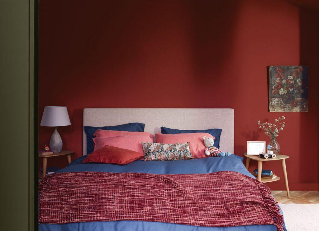 spálňa v červenomodrej kombinácii