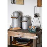 retro drevený stolček s kanvicami na mlieko a starožitnou lampou