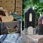 šuflík so starým vzhľadom určený na ukladanie drevených lopárov a drevené maľované domčeky