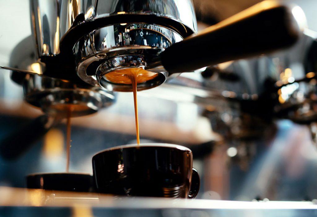 príprava kávy z pákového kávovaru