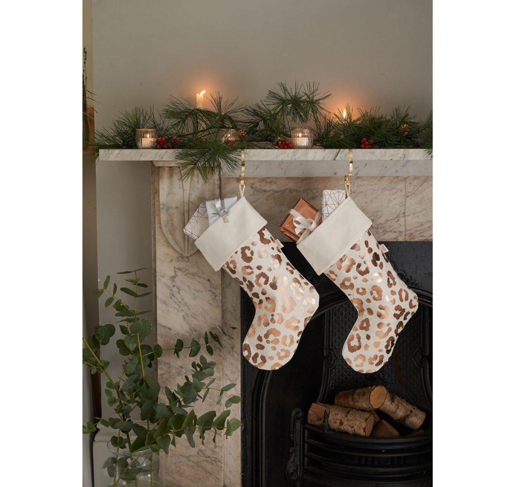 vianočná ponožka z bavlny s potlačou leopardích škvŕn na darčeky