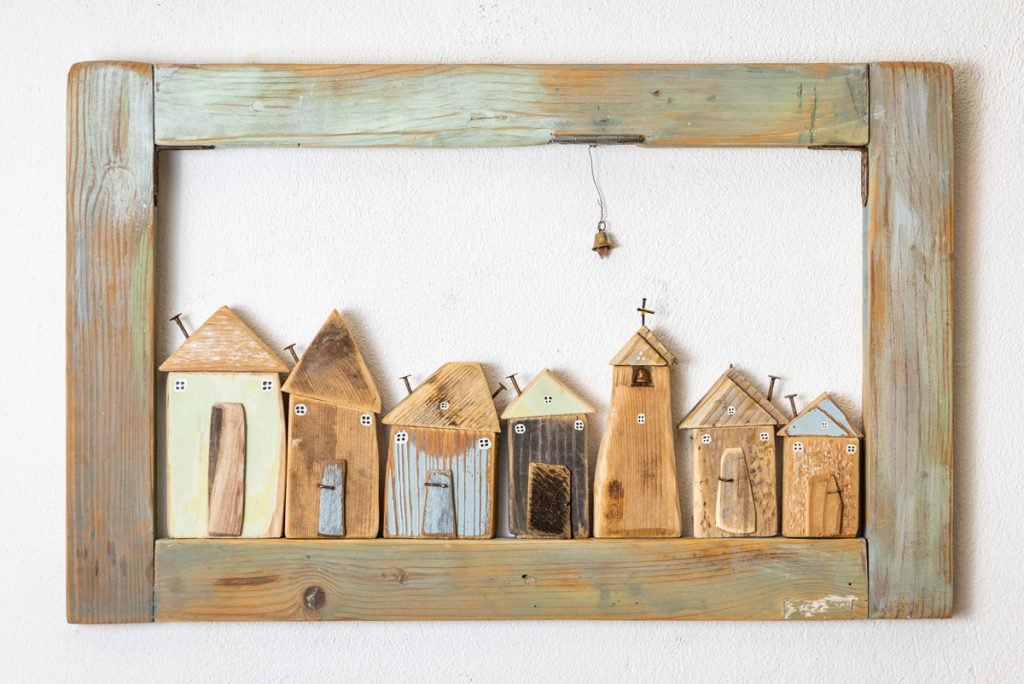 drevená dekorácia, drevené vyrezávané a kolorované domčeky v drevenom rámiku