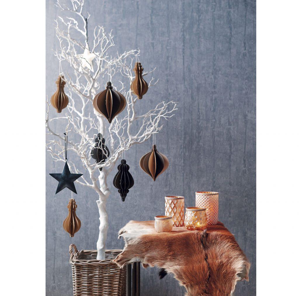 alternatíva vianočného stromčeka v podobe vetvičky z listnatého stromu s papierovými ozdobami