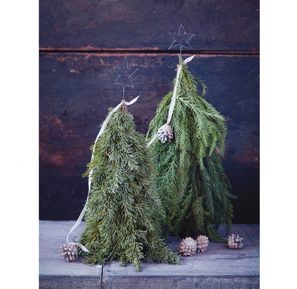 malý vianočný stromček vytvorený z vetvičiek
