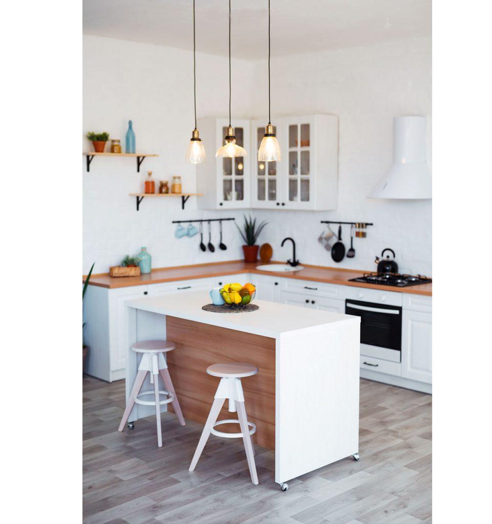 kuchyňa s bielou kuchynskou linkou, bielym ostrovčekom na kolieskach a drevenými stoličkami