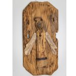 drevená dekorácia anjela pripevneného na drevenej podložke