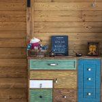 skrinka z masívneho dreva s farebnými zásuvkami