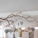 nástenná dekorácia vetvička zo stromu s visiacimi srdiečkami