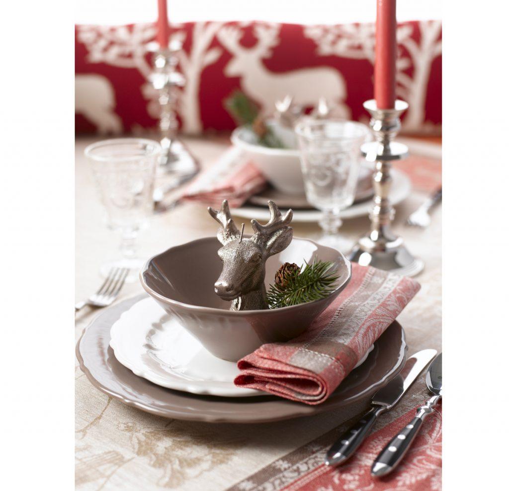 vianočné prestieranie s dekoráciou jeleňa a vetvičky uloženej v miske