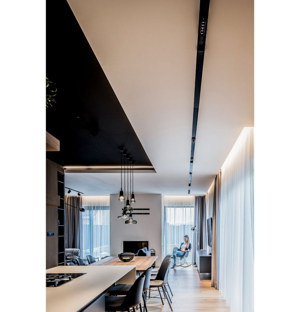 interiér zariadený v modernom, minimalistickom štýle, v kombinácii bielej, čiernej farby a prírodných materiálov
