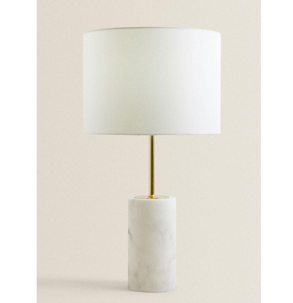 stolová lampa s mramorovým efektom na podstavci