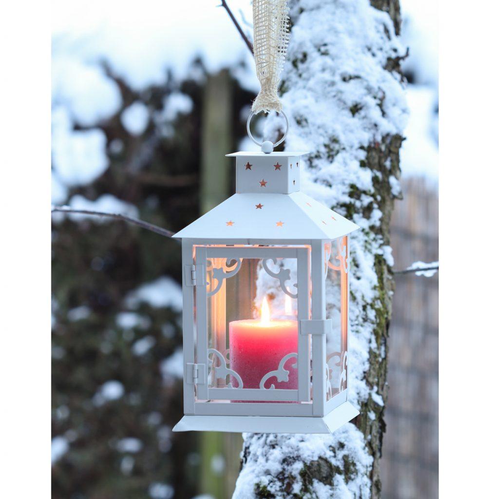 lampáš so sviečkou zavesený na strome