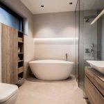 kúpeľňa v modernom štýle, s dreveným nábytkom, WC, dvoma umývadlami, samostatne stojacou vaňou a sprchovacím kútom