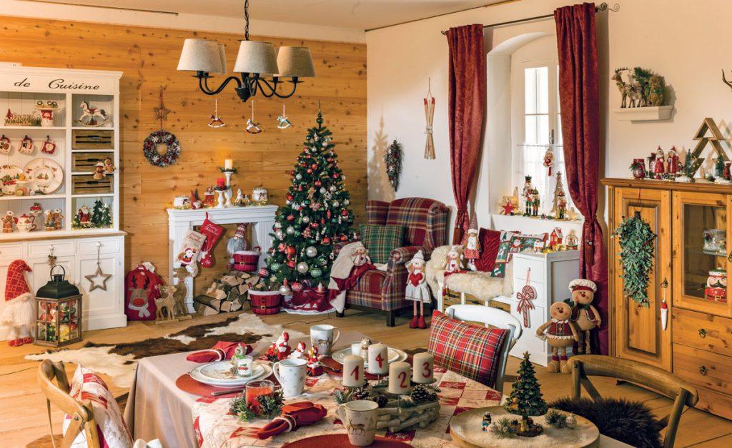 interiér s vianočným stromčekom a rôznymi vianočnými dekoráciami
