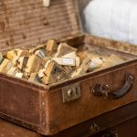 starodávny kufor naplnený dekoráciami z dreva