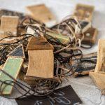 drevené ručne vyrezávané a kolorované domčeky na kožených šnúrkach