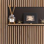 drevená rebrová stena s výklenkom na fotografiu a difúzer