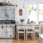 interiér vo vidieckom štýle so zreštaurovaným kredencom a jedálenským stolom vyrobeným zo starodávnej umývačky riadu