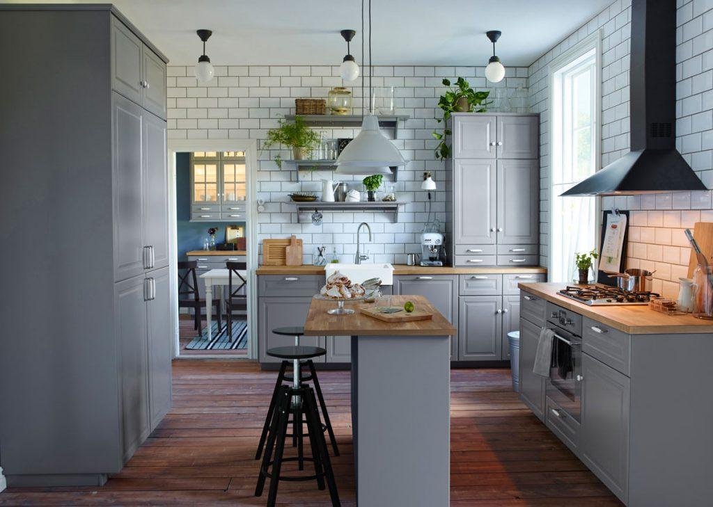 biela kuchyňa vo vidieckom štýle, s kuchynským ostrovčekom slúžiacim aj na stolovanie