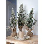 vianočné dekorácie zasnežených ministromčekov obalených jutovinou