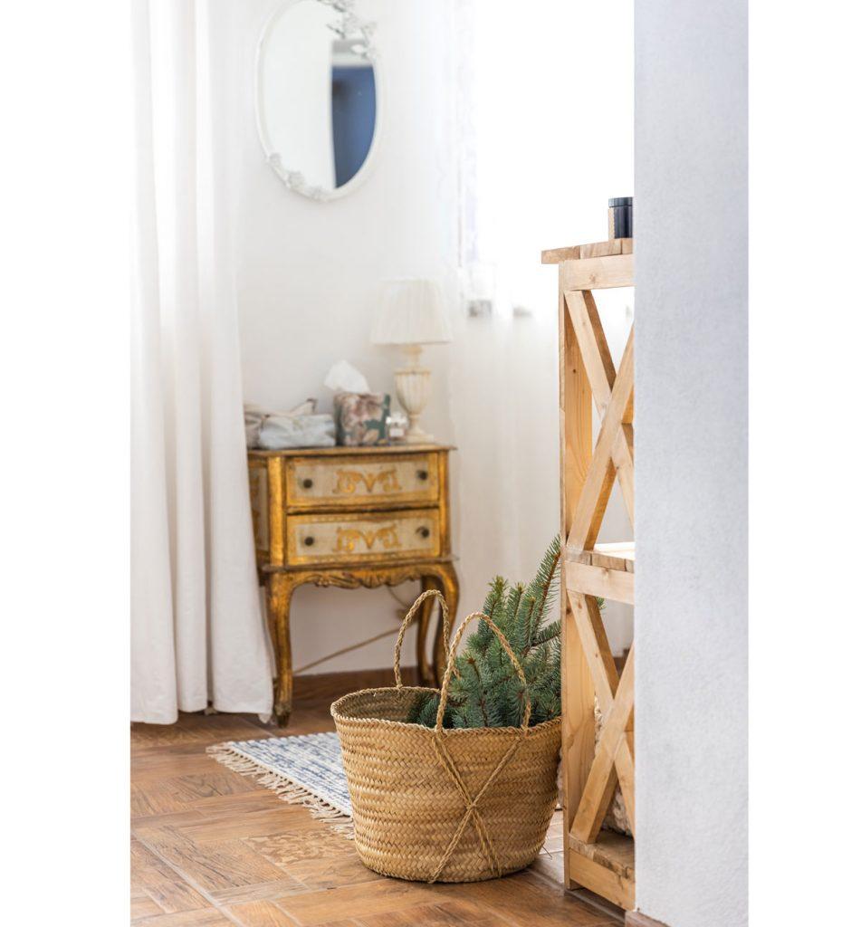 farmhouse interiér s pleteným košom s čečinou, drevenými policami a zlatým starožitným sekretárom