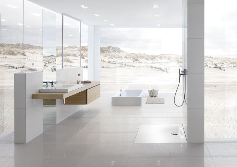 moderná biela kúpeľňa so sprchovým kútom, zapustenou vaňou do zeme a umývadlom s drevenými skrinkami